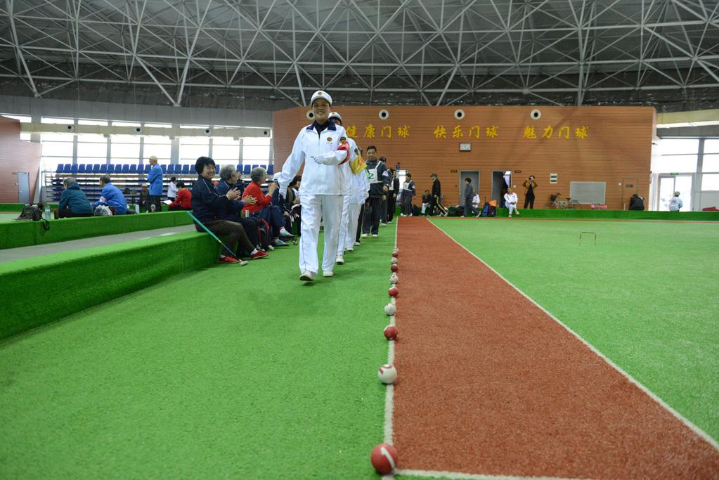 在运动员进行曲的伴奏下,裁判员与运动员们入场,拉开比赛的序幕